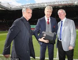Sir Alex Ferguson xuống sân, trao quà chia tay Wenger