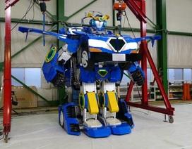 """Robot đầu tiên trên thế giới có thể """"biến hình"""" thành xe hơi"""
