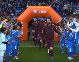 Toàn đội Deportivo xếp hàng vinh danh nhà vô địch Barcelona