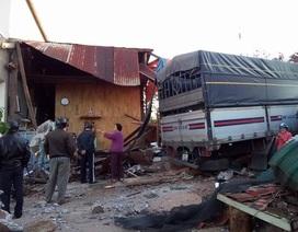 Xe tải tông gãy trụ điện, lao thẳng vào nhà dân