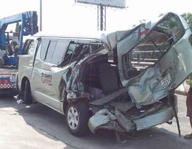 Xe 16 chỗ bị đâm nát trên cao tốc, tài xế tử vong