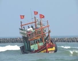 Tàu lớn bị kẹt ở cửa biển, nhiều ngư dân kêu trời