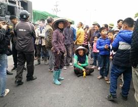 """Hàng trăm người dân chặn xe phản đối chính quyền """"bán"""" đường dân sinh"""