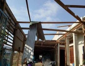Mưa lớn kèm lốc xoáy làm 1 người chết, hàng trăm ngôi nhà tốc mái