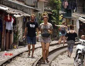 Đường tàu hỏa siêu hẹp trong phố cổ Hà Nội thu hút khách Tây