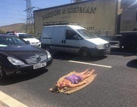 Nản lòng vì kẹt xe, bà mẹ trải chăn ra giữa đường tắm nắng