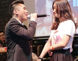 """Châu Du Thiên """"đỏ mặt"""" khi được fan nữ ôm chặt trên sân khấu"""