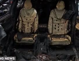 Nhiều ngày sau vụ tai nạn chết người, pin xe Tesla đánh lửa trở lại