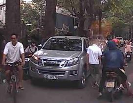"""Đi vào đường cấm, tài xế bị du khách nước ngoài """"dạy dỗ"""""""