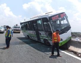 Xe khách vắt vẻo trên dải phân cách giữa cao tốc, hành khách hoảng loạn