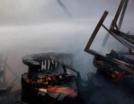Ki ốt gần chợ cháy dữ dội, 2 ô tô bị lửa bén