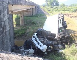 Xe container lao thẳng xuống chân cầu sau khi tông xe khách