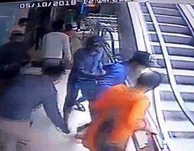 Mải chụp ảnh tự sướng trong trung tâm thương mại, cha mẹ đánh rơi con từ tầng 3