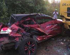 Xe con biến dạng sau cú tông xe tải, 1 người chết, 3 người bị thương