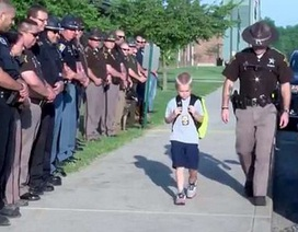 Clip về hành động đẹp và nhân văn của cảnh sát Mỹ khiến dân mạng ngưỡng mộ