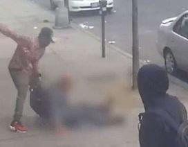 Phẫn nộ với clip người đàn ông lớn tuổi bị cướp hành hung giữa phố, dân tình chỉ đứng nhìn