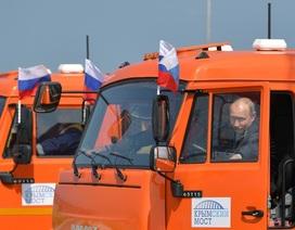 Tổng thống Putin lái xe tải thông cầu nối đất liền Nga với Crimea