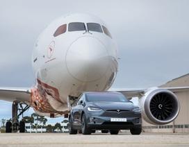 Xem xe Tesla lập kỷ lục kéo máy bay Boeing 787-9