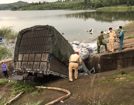 Xe tải chở vôi lao xuống hồ, 3 người nguy kịch