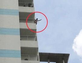 Nam thanh niên lên tầng 10 bệnh viện cởi hết quần áo, dọa nhảy xuống đất
