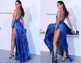 Sara Sampaio sexy với váy xẻ cao