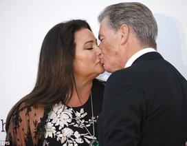 """""""Điệp viên 007"""" Pierce Brosnan hôn vợ say đắm tại sự kiện"""