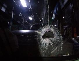 Xe buýt bị ném đá thủng kính trước