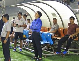 Học trò nhập viện, HLV Miura tố trọng tài bắt thiên vị