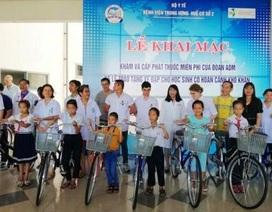 Khám bệnh, cấp thuốc miễn phí 1.300 dân nghèo và tặng xe đạp cho học sinh