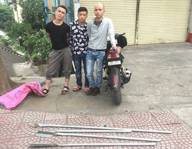 """Hà Nội: Ba thanh niên ngông nghênh """"bát phố"""" với 4 cây giáo"""