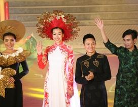 """Hoa hậu Đỗ Mỹ Linh cùng dàn người đẹp bừng sáng trong đêm áo dài """"Huế Vàng Son"""""""