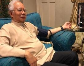 Cựu thủ tướng Malaysia đo huyết áp, cầu nguyện trước khi trình diện cơ quan điều tra