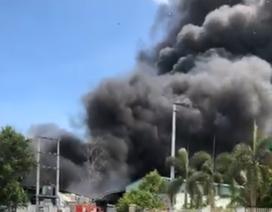 """""""Vòi rồng"""" khói đen đặc trong đám cháy dữ dội tại cơ sở nhôm nhựa"""