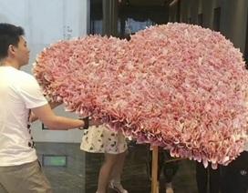 """Trung Quốc: Tranh cãi chuyện xếp tiền mặt hình trái tim """"khủng"""" tặng người yêu"""