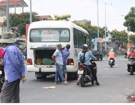 Đà Nẵng: Xe khách dừng bắt khách giữa đường gây ùn tắc giao thông