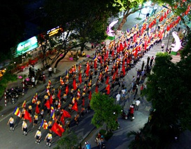 Đoàn rước Phật dài 2 km trên đường phố Huế