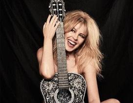 """Kylie Minogue hạnh phúc """"khóa môi"""" bạn trai mới trong tiệc sinh nhật lần thứ 50"""