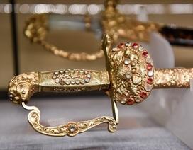 Chiêm ngưỡng cặp bảo kiếm nạm vàng của vua Khải Định