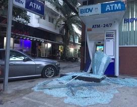 Xe BMW đâm nát trụ ATM