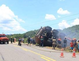 Xe chở gỗ dăm bốc cháy sau khi lộn đầu xuống hố sâu bên đường