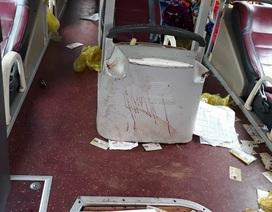 Khoảnh khắcxe đầu kéo húc văng xe khách khiến 14 người bị thương