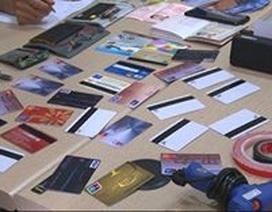 Bắt quả tang đối tượng người Trung Quốc dùng thẻ giả rút trộm tiền tại cây ATM
