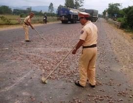CSGT dọn đá rơi vãi trên đường, đảm bảo an toàn giao thông