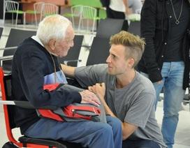 Xúc động với khoảnh khắc cụ ông 104 tuổi từ biệt cháu trai lên đường tìm cái chết êm ái