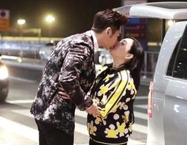 """Chung Lệ Đề hạnh phúc """"khóa môi"""" chồng kém 12 tuổi tại sân bay"""
