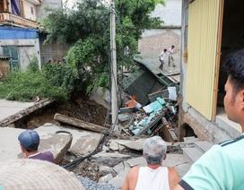 """Hà Nội: Đê sụt thành hố lớn """"nuốt trọn"""" nhà dân"""