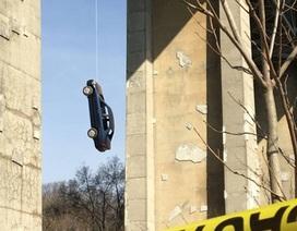 Khó hiểu chiếc ô tô treo lủng lẳng trên cầu