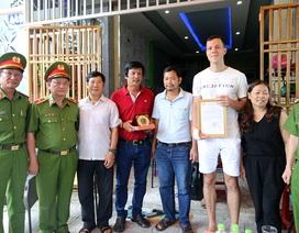 Bộ Công an khen thưởng du khách nước ngoài cứu 2 em nhỏ thoát đám cháy