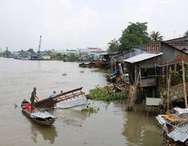 """Sà lan """"quét"""" 5 nhà dân, làm 3 trẻ nhỏ rơi xuống sông rồi... bỏ chạy"""