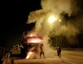 Đang chạy, xe tải bỗng nhiên bốc cháy ngùn ngụt